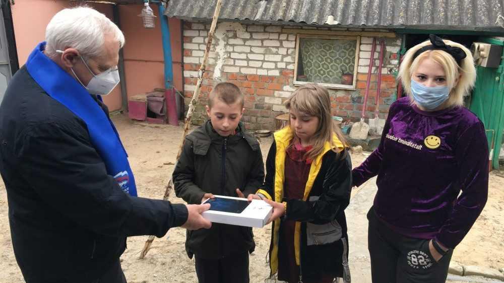 Николай Стародубцев подарил планшет многодетной семье из Новозыбкова