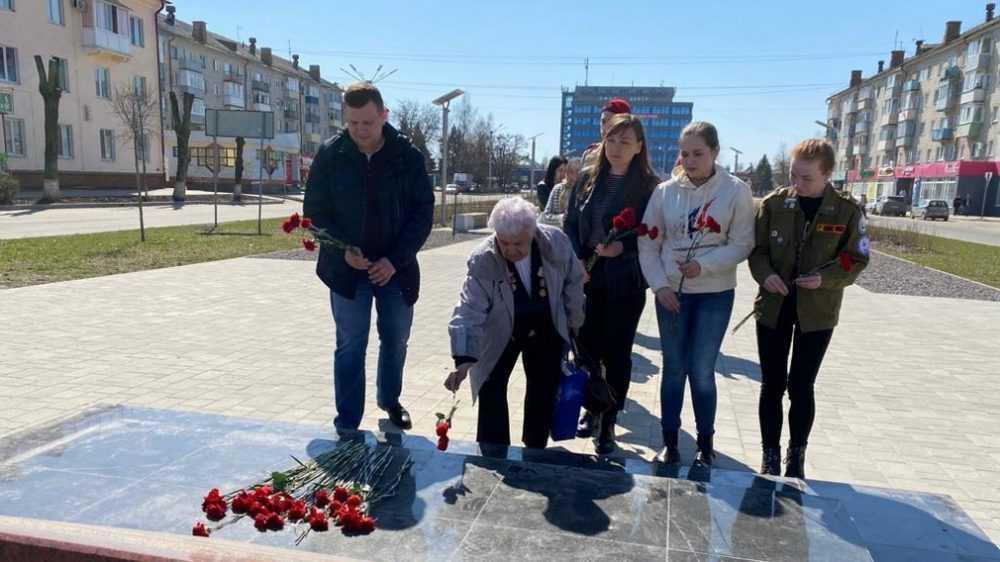 В Брянске возложили цветы к мемориальному знаку в сквере «Литий»