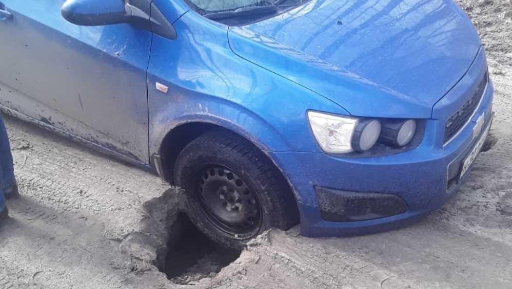 Под Карачевом автомобиль провалился в яму на разбитой дороге