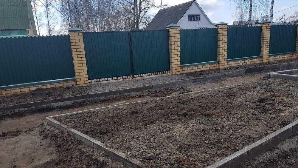 В Брянске новым тротуаром строители перекрыли въезды во дворы