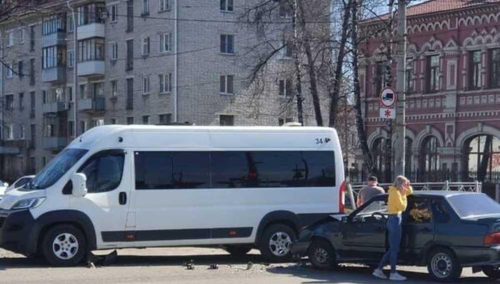 Возле ТРЦ «БУМ сити» в Брянске произошло ДТП с участием маршрутки №34