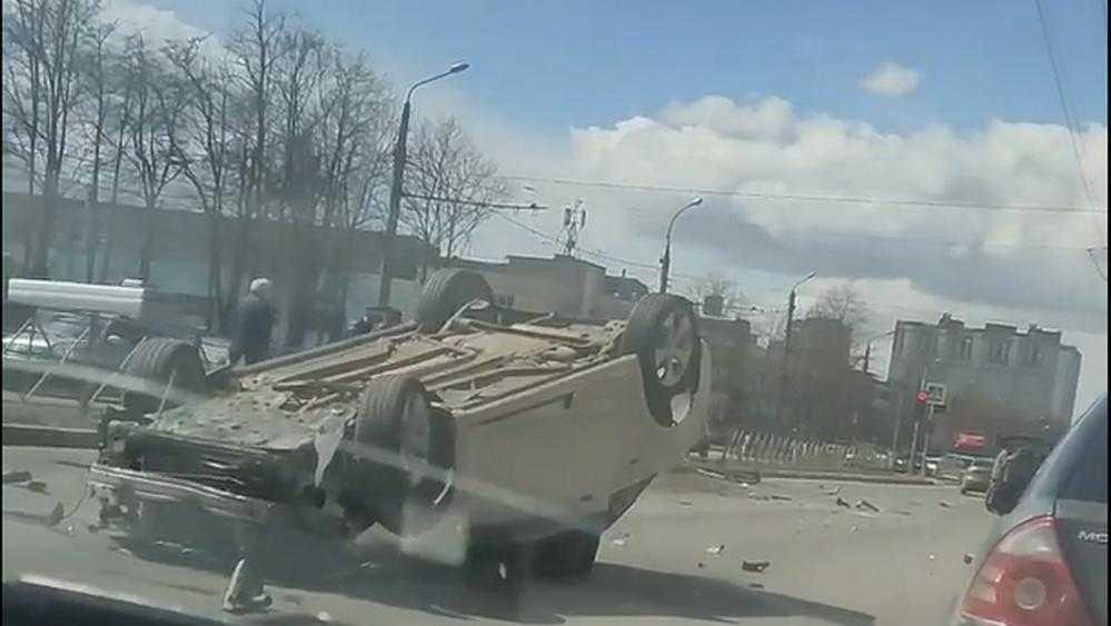В Брянске в массовом ДТП возле школы №28 перевернулся автомобиль