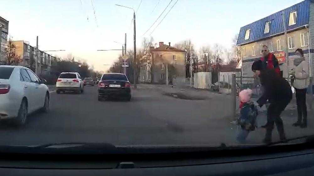 В Брянске сняли видео спасения выскочившего на дорогу ребенка