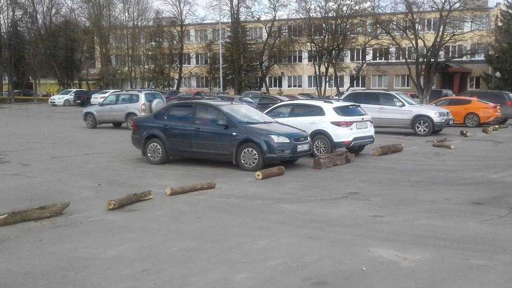 В Брянске на набережной отгородили «VIP-стоянку»