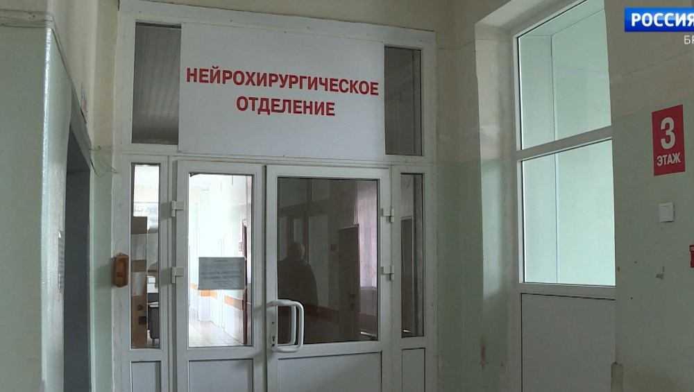 В Брянске выпавший из окна школьник сломал ноги и травмировал позвоночник