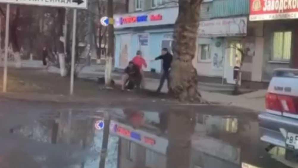 В Брянске рассказали о драке мужчин и женщины возле «Заводского бара»