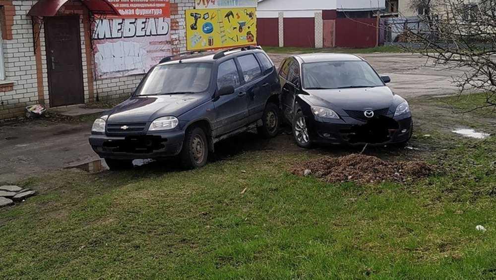 В Локте «Нива» без водителя покатилась и разбила иномарку на парковке