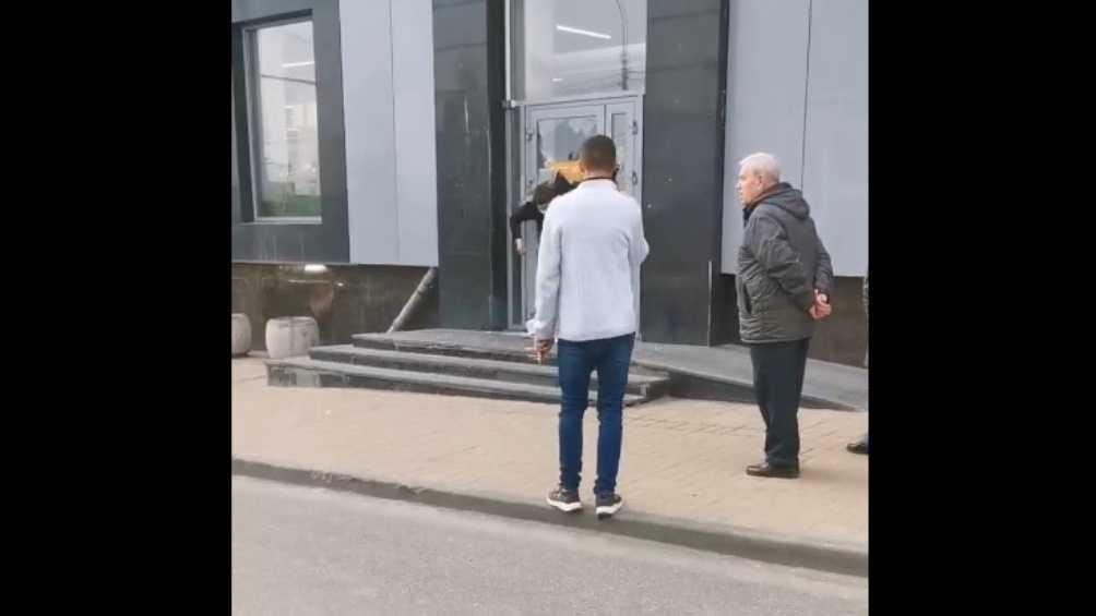 В Брянске запертый в магазине «Дикси» парень разбил дверь и сбежал