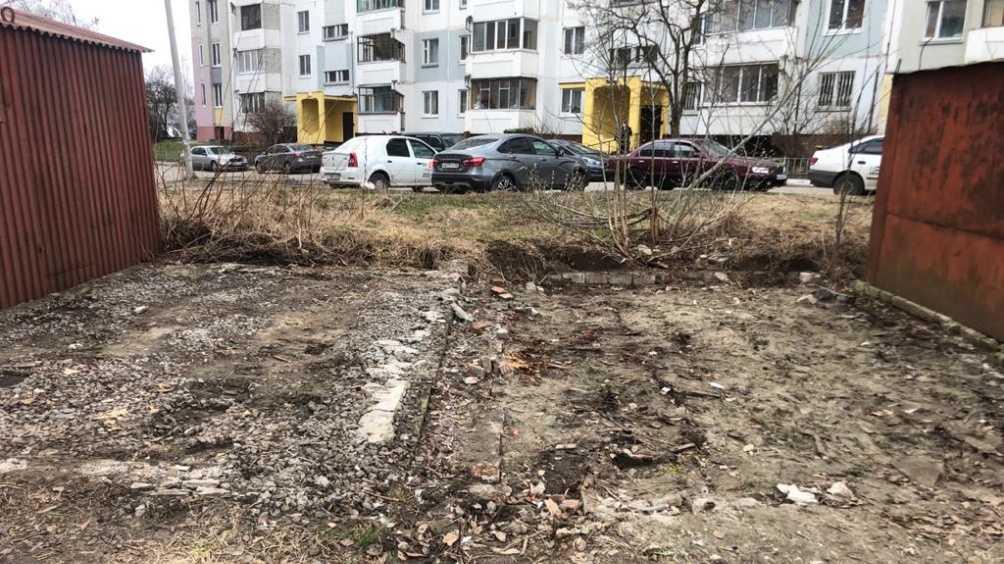 Жители Брянска убрали свалку во дворе дома после сноса гаражей
