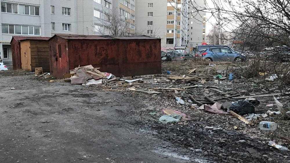 В Брянске на месте снесенных гаражей остались горы мусора