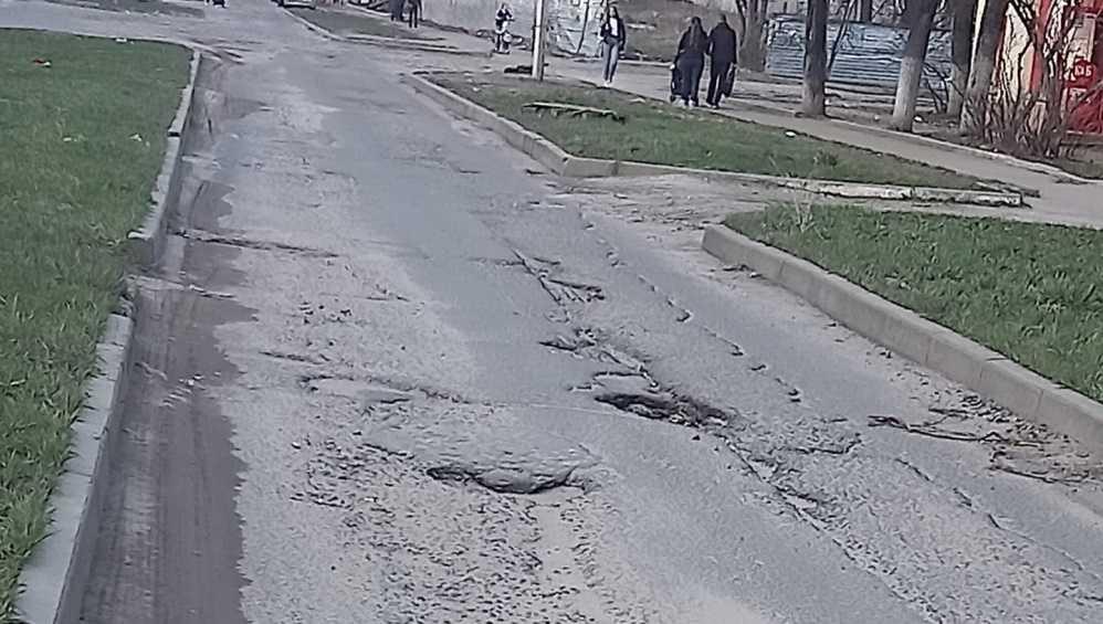 Жителей Брянска возмутила разбитая дорога на улице Молодой Гвардии
