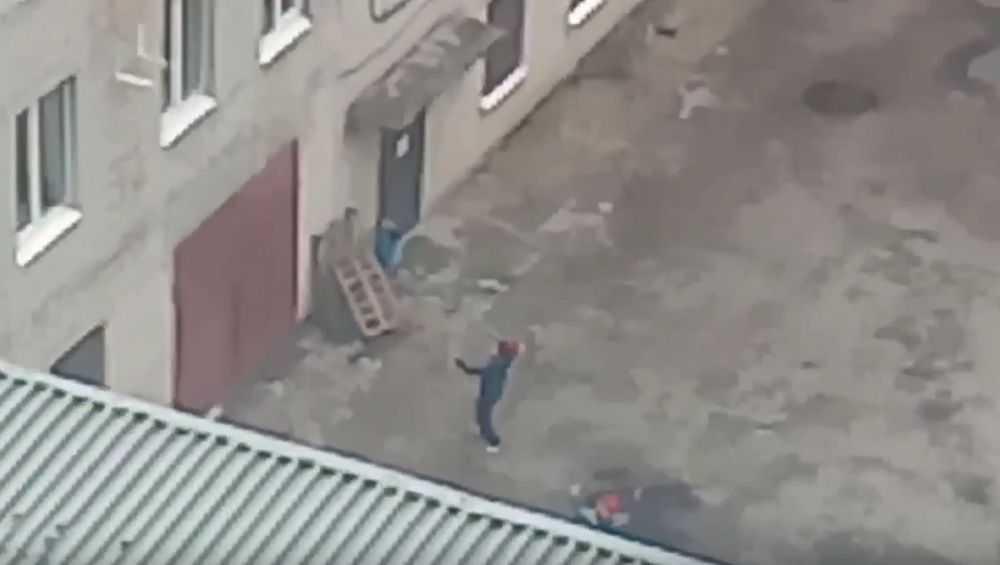 В Брянске сняли видео о бьющих окна малолетних хулиганах