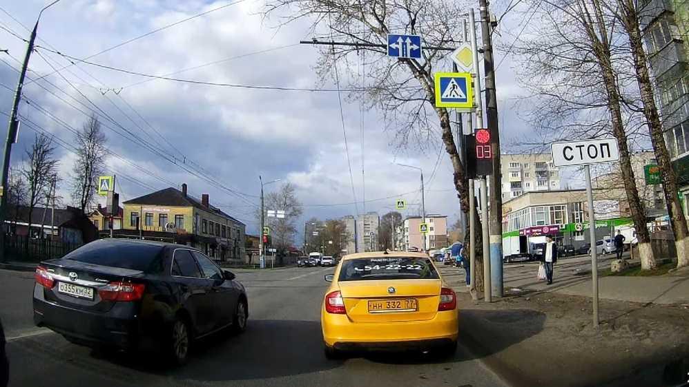 В Брянске автомобилиста-лихача призвали наказать за проезд на красный свет