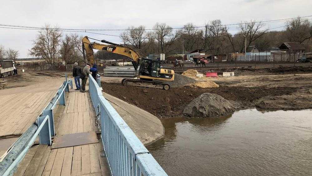Паводок не помешал строительству моста на набережной