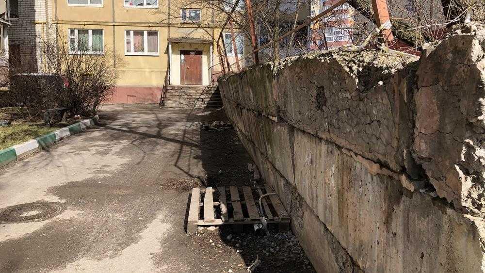 В Брянске в любой момент может рухнуть подпорная стенка в переулке Пилотов