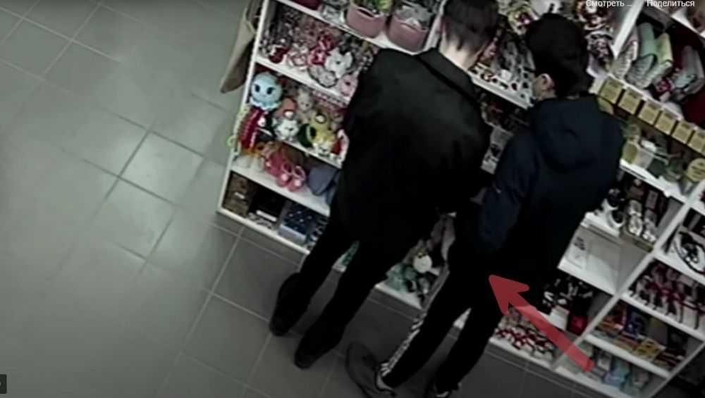 В Брянске сняли видео кражи зажигалки и часов в магазине