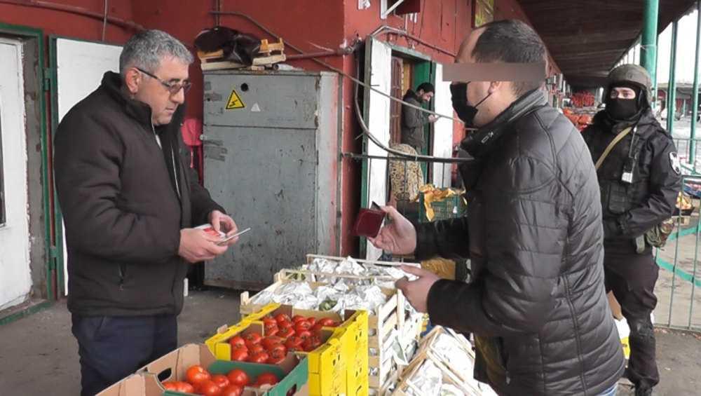 Под Брянском на рынке силовики выявили нелегально торгующих иностранцев