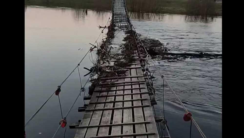 Подвесной мост в Сельцо едва не унесло паводком