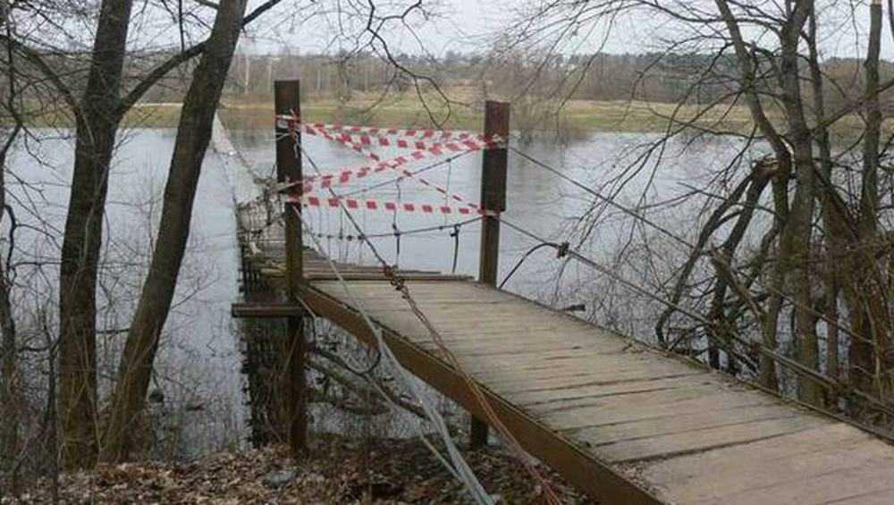 В Сельцо из-за паводка закрыли подвесной мост через Десну