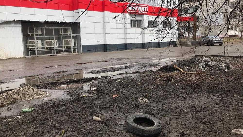 В Брянске магазин «Магнит» на улице Брянского фронта утонул в грязи