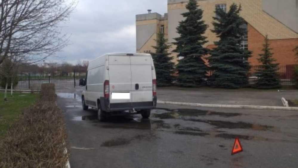 В Брянске Fiat сбил двух девочек на парковке возле лицея № 1