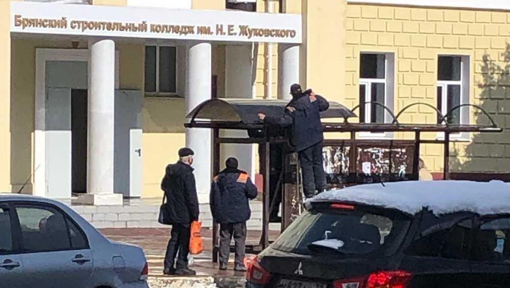Брянцев порадовал ремонт дырявой остановки у строительного техникума