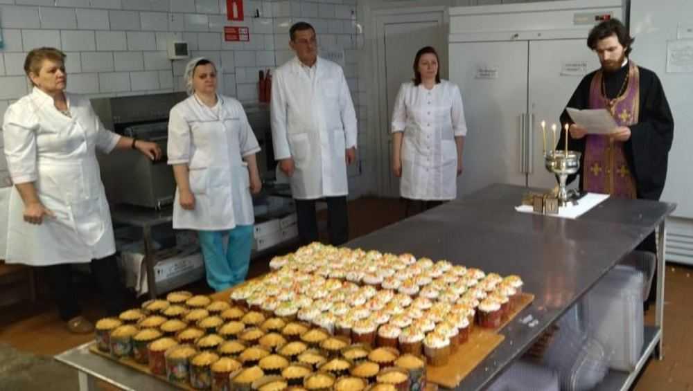 В Брянске священник освятил куличи Бежицкого хлебокомбината