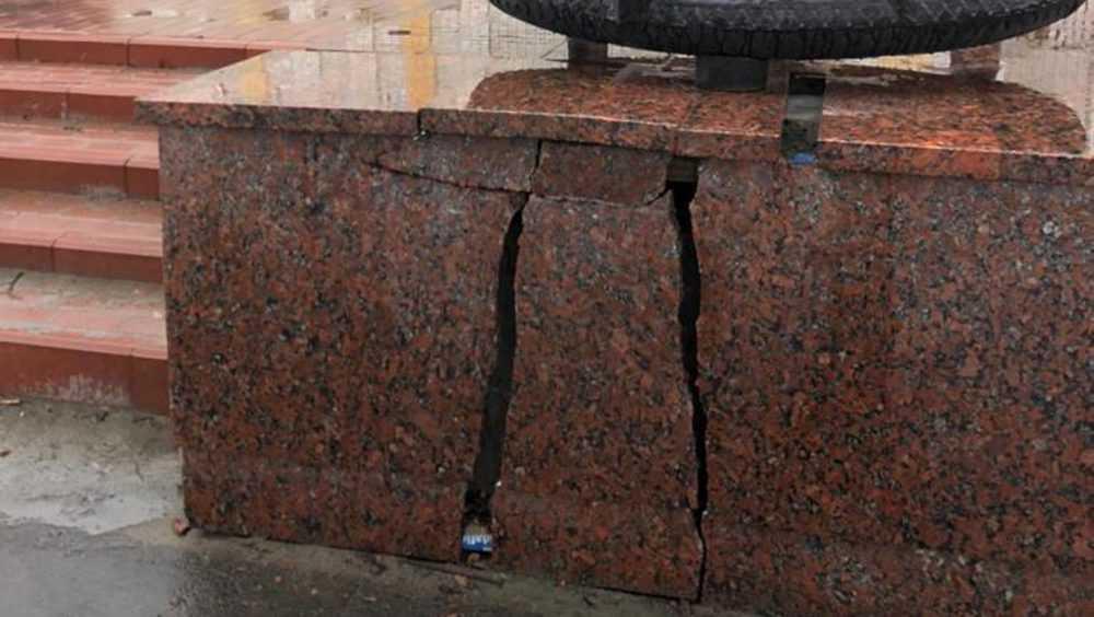 В Брянске повредили гранитную плиту возле памятника Трём Героям