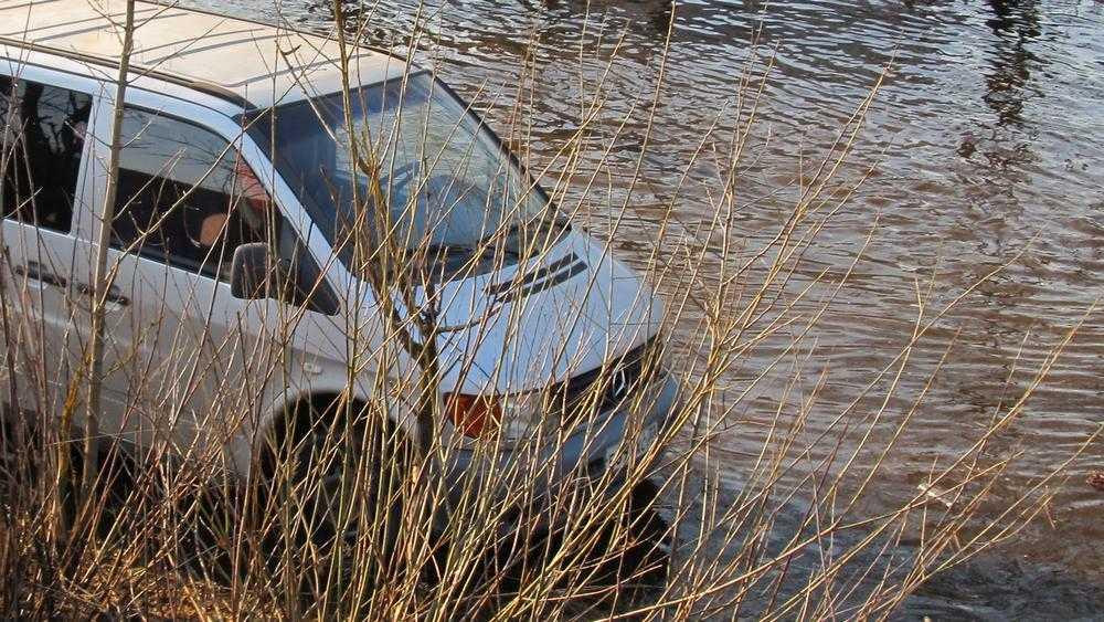 В Рогнединском районе паводок затопил грунтовую дорогу в деревню