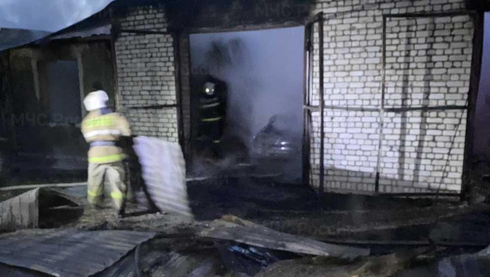 В Жуковке горевший гараж с легковушкой потушили за два часа