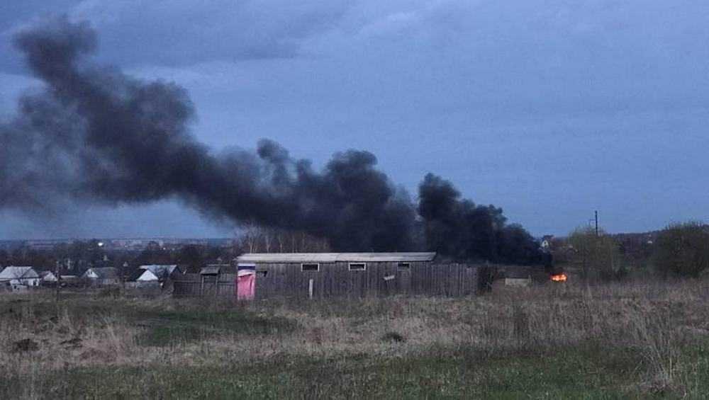 Под Брянском в Ново-Отрадном из-за пала травы загорелась постройка