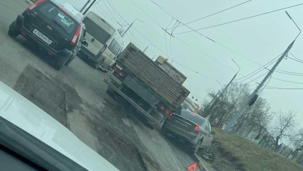 В Брянске на Городищенской горке легковушка попала под грузовик