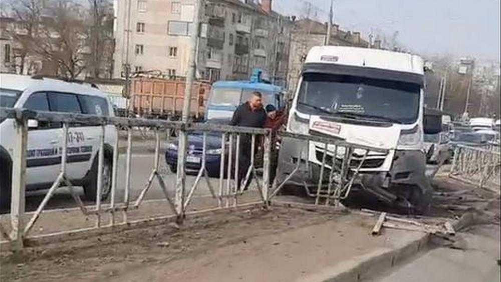 В Брянске маршрутка врезалась в ограждение на мосту на Московском проспекте