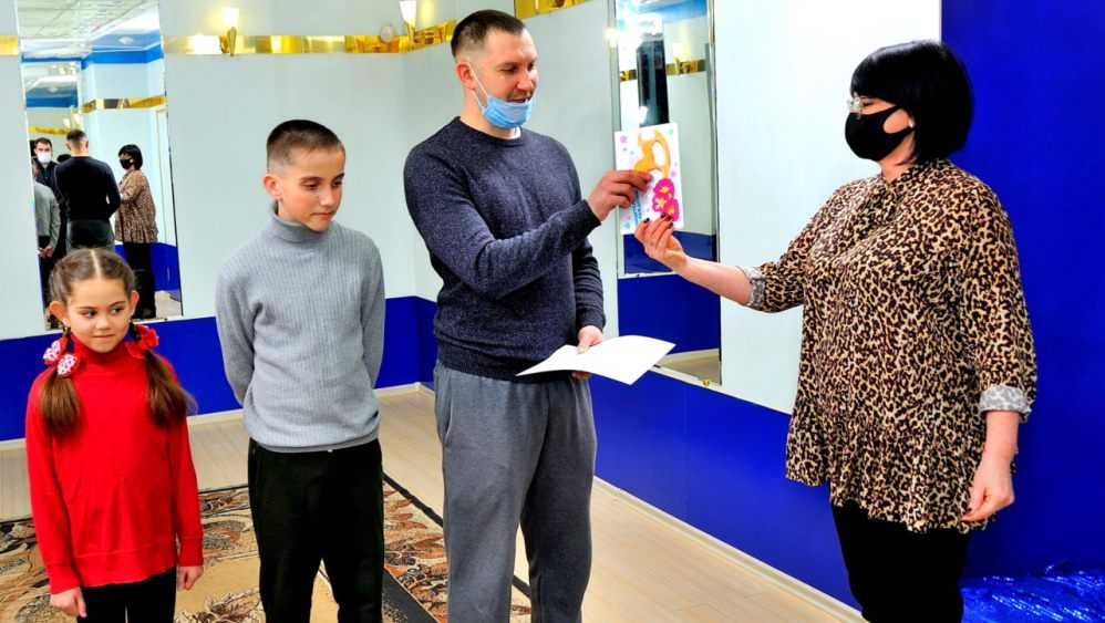 В Брянске чиновники поздравили семью Тишиных с рождением четвертого ребенка
