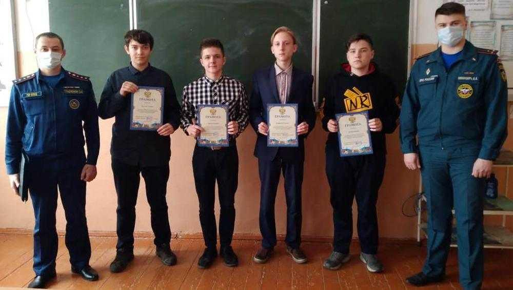 В Карачеве четырех школьников наградили за тушение лесного пожара