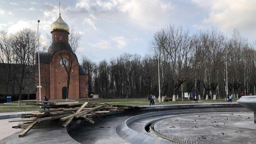 В Брянском парке «Соловьи» с фонтана сняли укрывную конструкцию