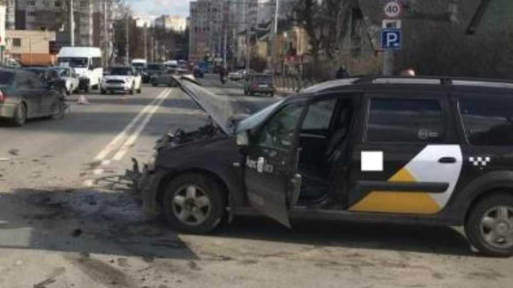 В Брянске таксистка попала в ДТП и ранила двух пассажирок