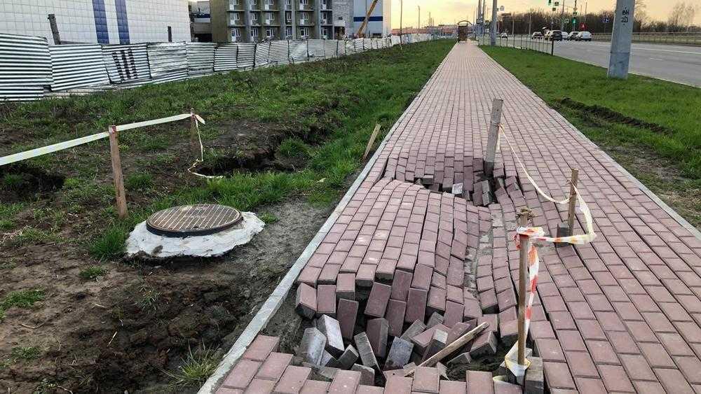 Власти Брянска велели подрядчику устранить провалы тротуара на Советской