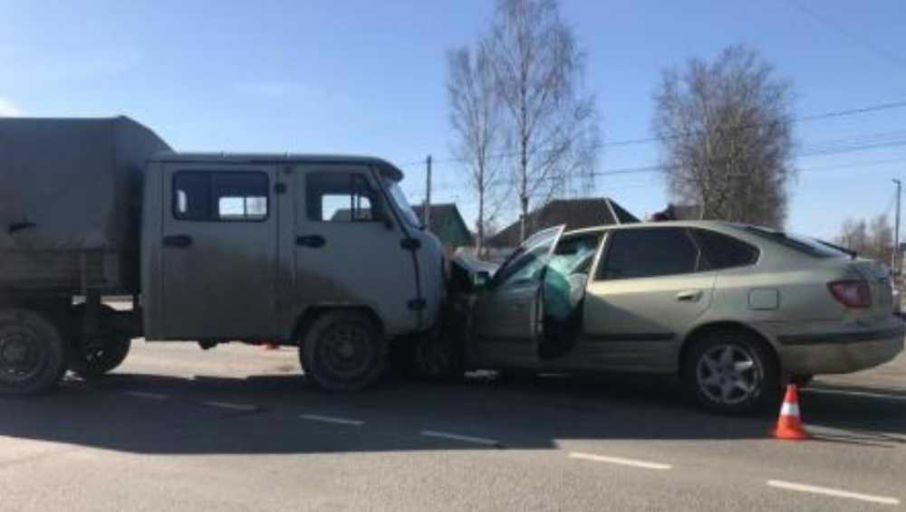 В Брянске УАЗ протаранил легковушку – пострадал 8-летний ребёнок