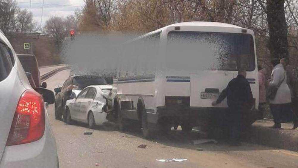 В Брянске на спуске с горы перед светофором столкнулись 5 автомобилей