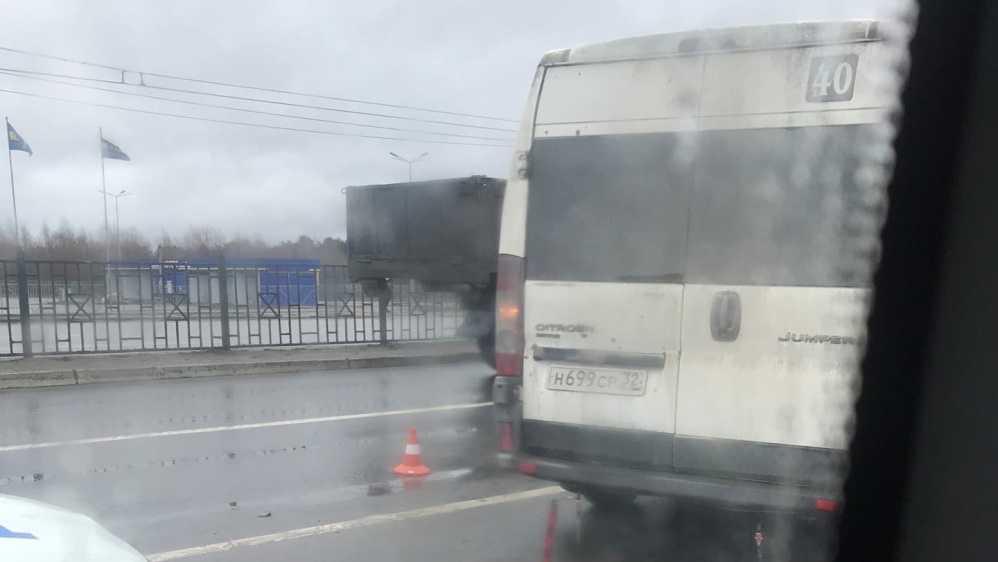 В Фокинском районе Брянска у «Линии» столкнулись маршрутка и две легковушки