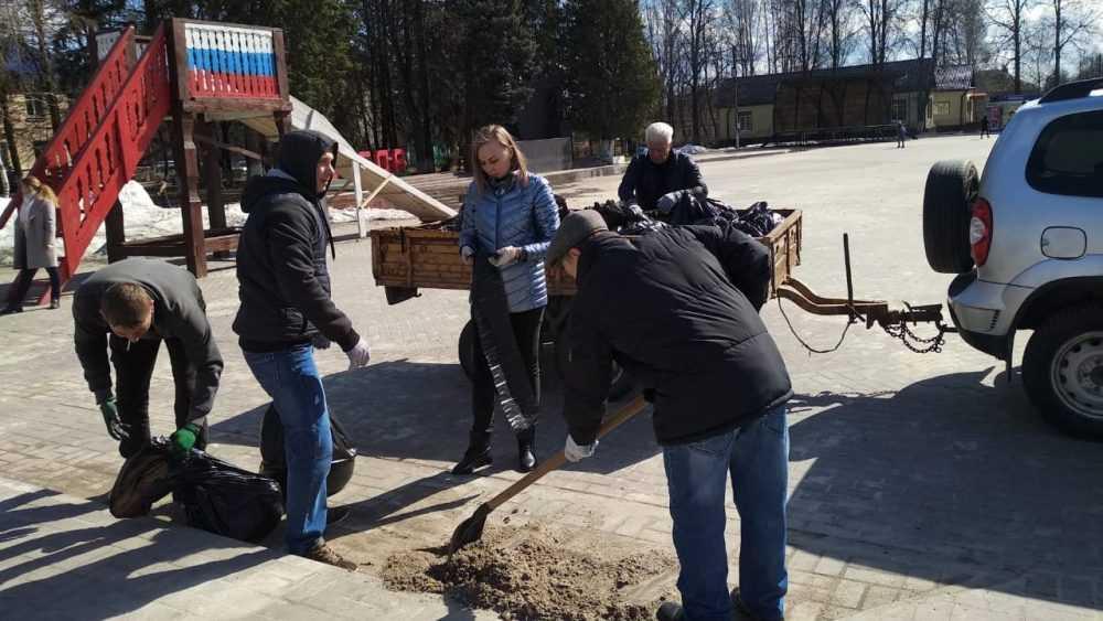 В Брянской области полным ходом идет работа по уборке территорий населенных пунктов