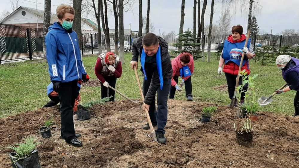 Партия «Единая Россия» проводит Всероссийский субботник по благоустройству мемориальных мест
