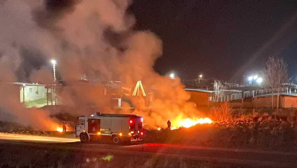 Жители Клинцов рассказали о ночном поджоге травы возле домов