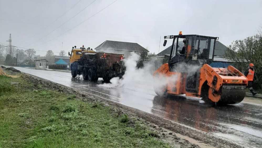 В Навле рассказали об укладке асфальта на трассе под дождём