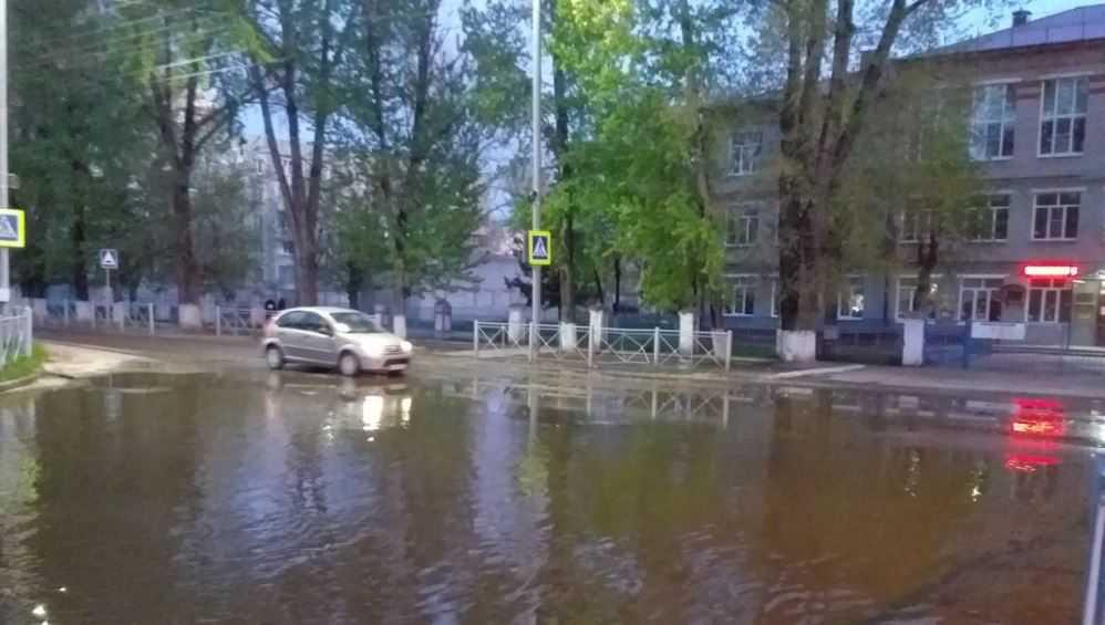 В Бежицком районе Брянска затопило дорогу возле школы № 39