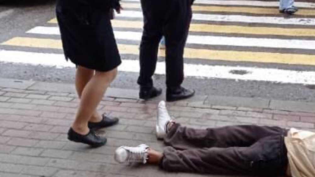 В Советском районе Брянска у входа в ЦУМ потерял сознание мужчина