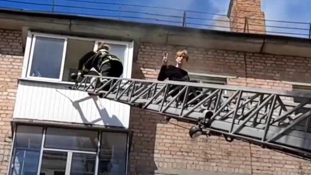 В Брянске спасённый из горевшего дома парень устроил фотосессию на лестнице