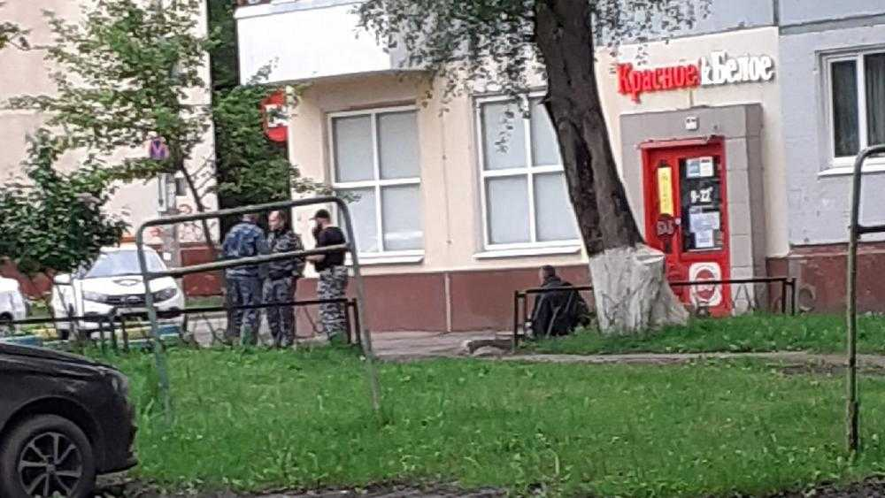 В Брянске мужчина устроил погром в магазине «Красное и Белое» на Вокзальной улице