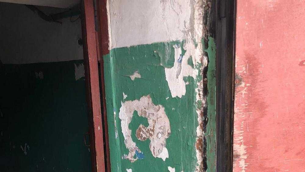 В Брянске пожаловались на разруху в доме на Комсомольской улице